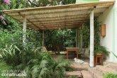 Todo de bambu - A matéria-prima autoclavada aparece inteira na estrutura e trançada junto ao teto
