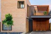 Casa tem tijolos aparentes e estrutura metálica