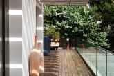Casal de arquitetos traz floresta tropical para dentro de casa