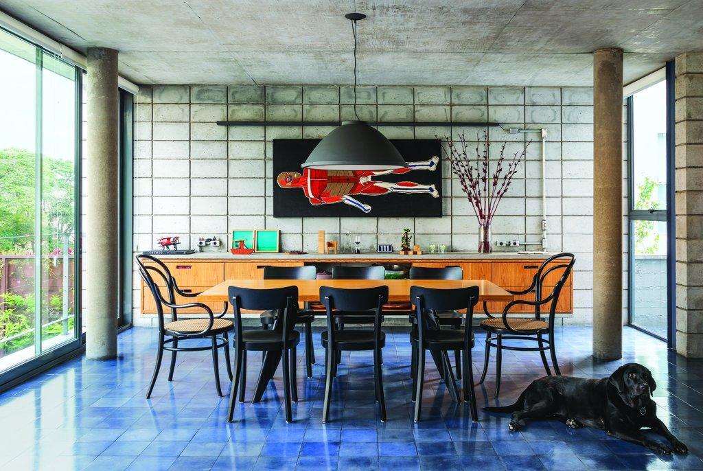 casa com laje de concreto aparente e paredes de blocos