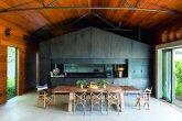 A arquitetura desta casa de campo foi inspirada em galpões e armazéns